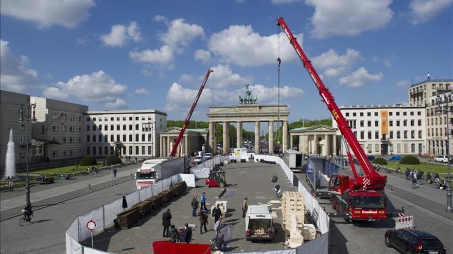 El escultor mexicano Aceves lleva sus caballos a la Puerta de Brandeburgo