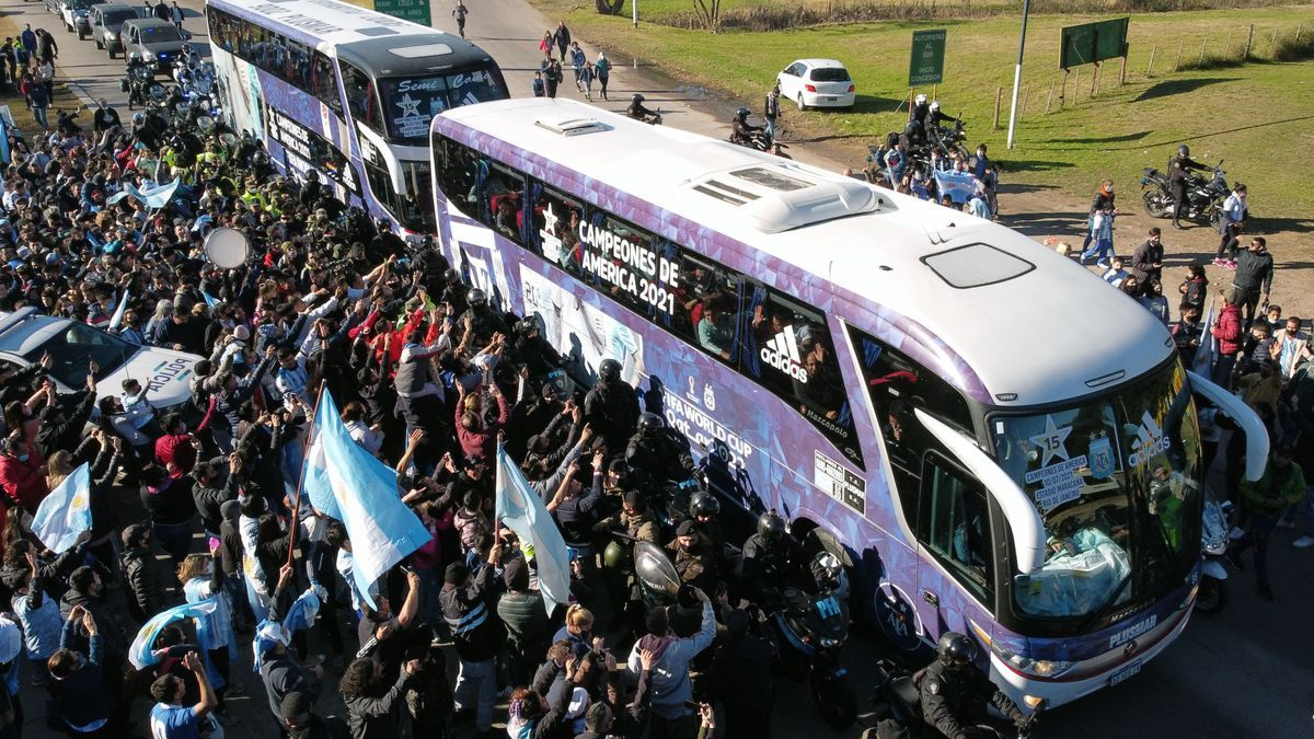 El ómnibus con los jugadores de la selección en su camino al predio de la AFA en Ezeiza