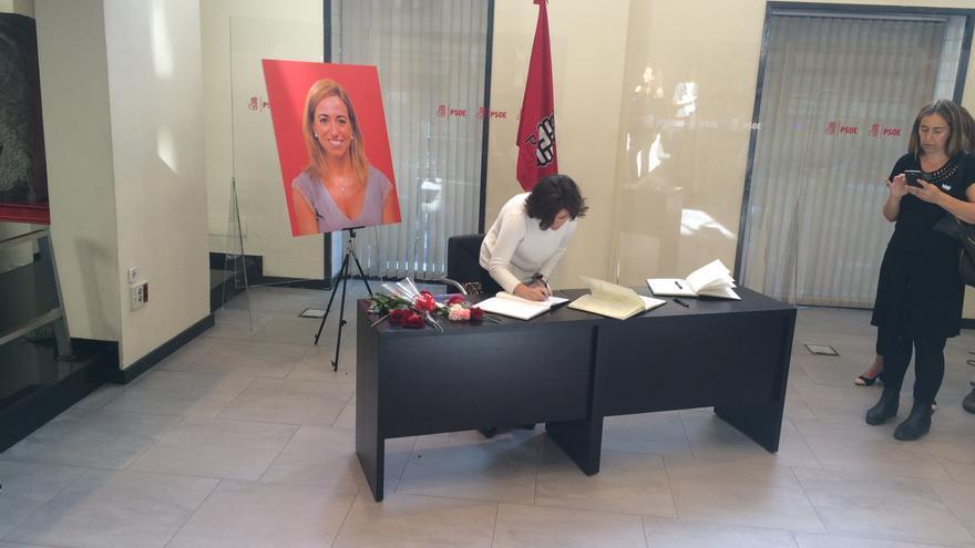 La vicepresidenta firma en el libro de condolencias.