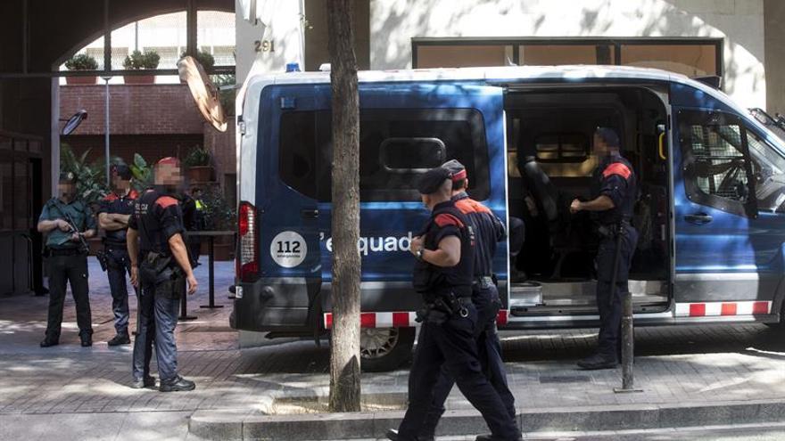 Los Mossos custodian el cuartel de Guardia Civil por dos manifestaciones opuestas
