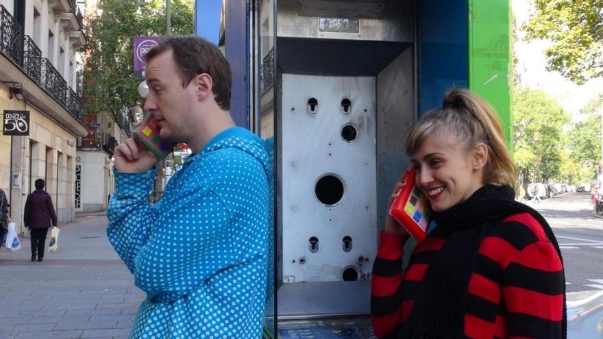 En 'El zapato de cristal', dos amigos comparten sus contraseñas entre sí (Imagen: Teatro Tyl Tyl)
