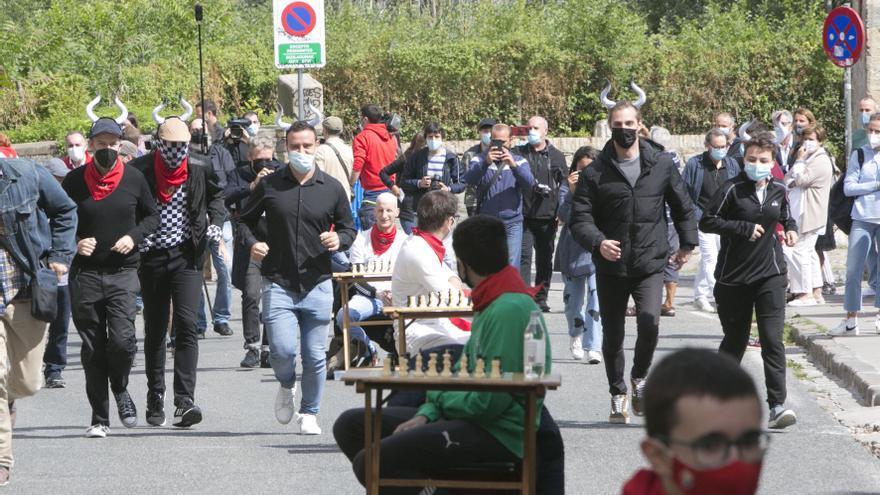 Seis jugadors de ajedrez compiten contra 80 personas a lo largo del recorrido del encierro