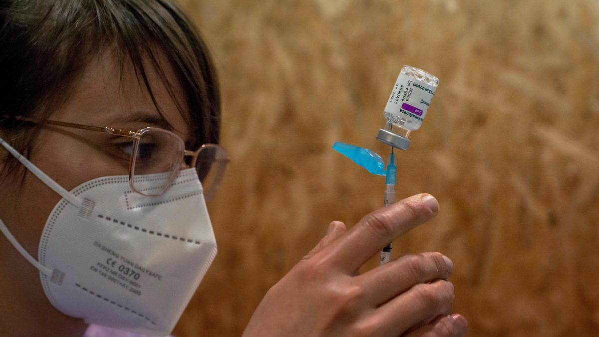 Una empleada sanitaria prepara una dosis de la vacuna de AstraZeneca. EFE/ Brais Lorenzo