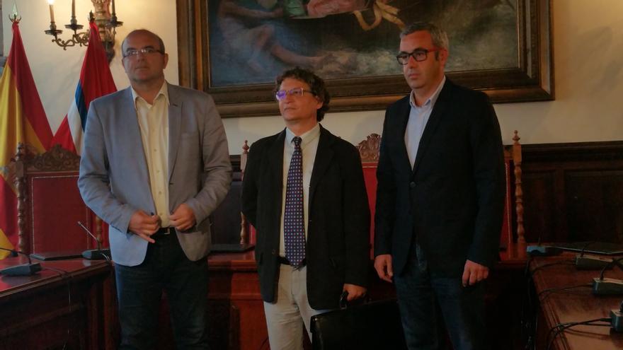 Anselmo Pestana (i), Ignacio Pastor Teso y Sergio Matos este lunes. Foto: LUZ RODRÍGUEZ.
