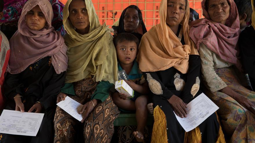 Pacientes esperando durante una consulta médica en el centro de atención primaria de MSF en Jamtoli. Foto: Anna Surinyach.