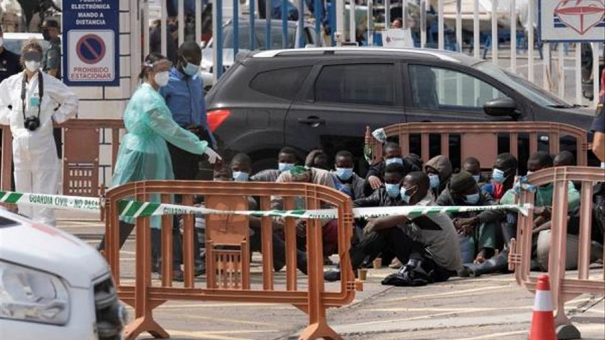 Remolcado hasta el puerto de Santa Cruz de Tenerife un cayuco con 31 ocupantes