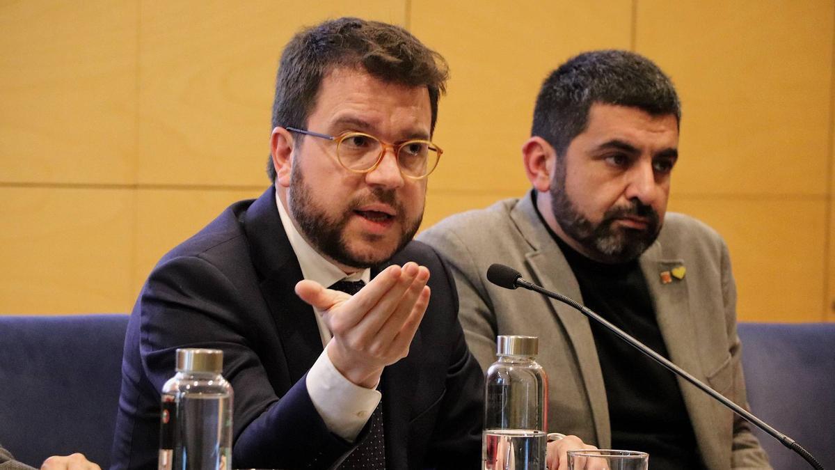 El vicepresident Pere Aragonès junto al conseller El Homrani, en una reunión de febrero pasado