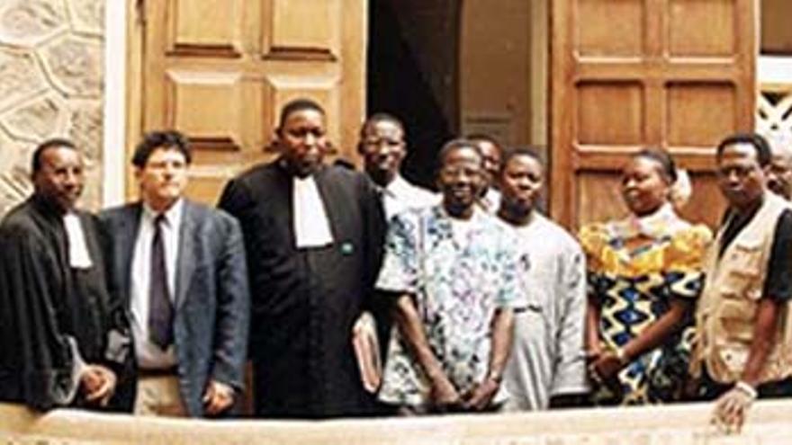 Reed Brody, Souleymane Guengueng con otras víctimas y abogados interponiendo la primera demanda contra Hissène Habré en el 2000/ Imagen cedida por Reed Brody