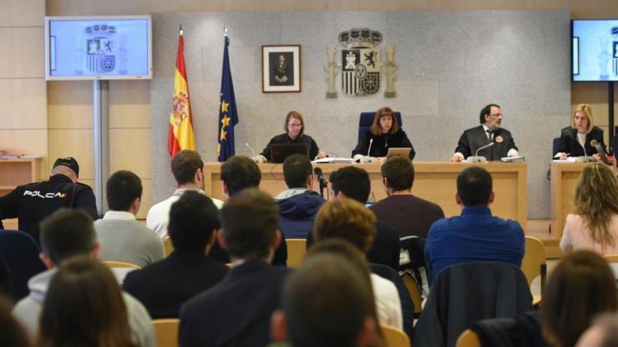 """El Parlamento de Navarra pide """"justicia"""" para los condenados de Alsasua"""