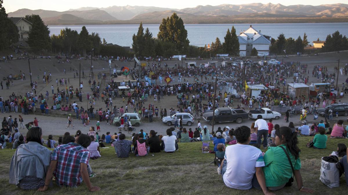 Jóvenes estudiantes frente al Nahuel Huapi, en una imagen de 2014.