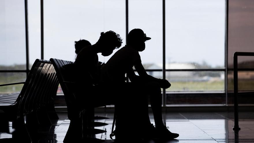 Viajeros usan tapabocas como protección ante la pandemia del coronavirus, en Santo Domingo (República Dominicana).