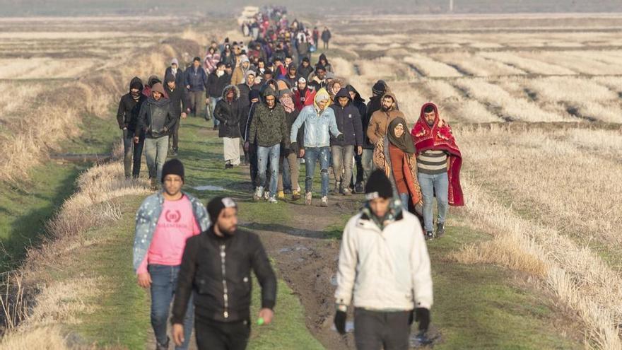 Refugiados tras intentar pasar de Turquía a Grecia por el río Evros (Tolga Bozoglu.EFE).
