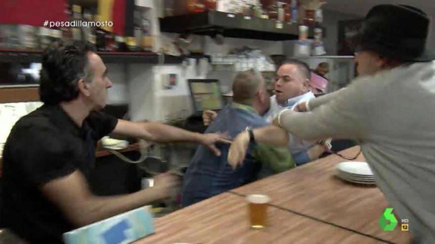 """'Pesadilla en la cocina' volvió con una entrega """"digna de Buñuel"""": peleas cual bar del oeste y huidas en tractor"""