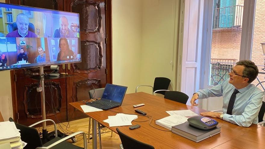 El alcalde de Murcia, José Ballesta, se comunica con los cuatro operarios confinados a través de videollamada
