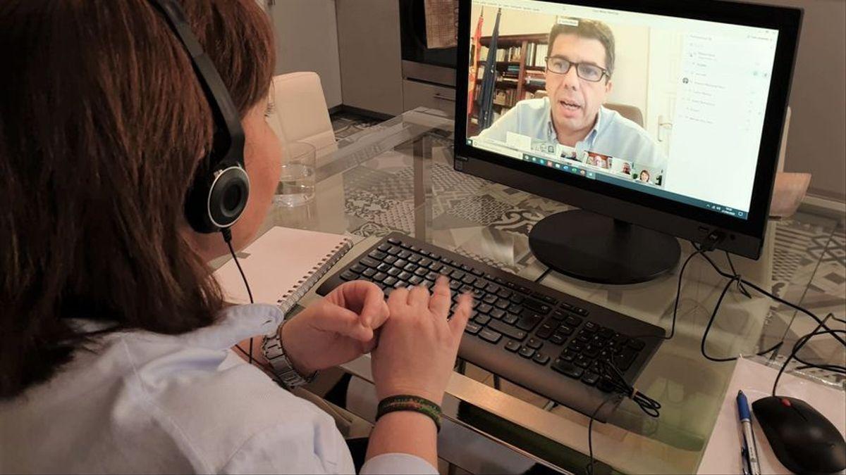 El president de la Diputació d'Alacant, Carlos Mazón, conversa amb la líder del PP valencià, Isabel Bonig.