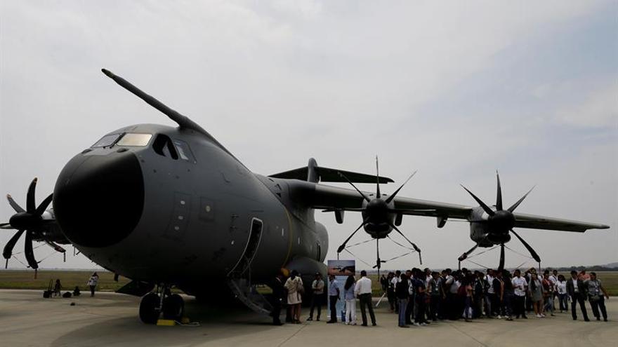 El avión español A400M muestra su poderío en la feria aeroespacial mexicana