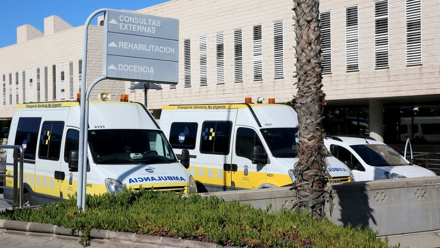 Ambulancias en el Hospital Universitario Doctor Negrín.