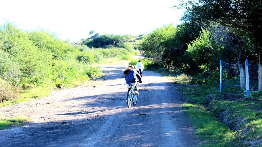 Los dos escolares de Socavones que recibieron las bicicletas. / Bizzi