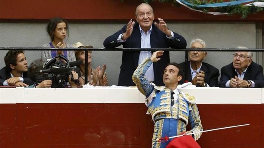 El diestro Enrique Ponce brinda el primer toro al rey emérito Juan Carlos, quien asiste al festejo con el que regresaron los toros a San Sebastián. / EFE.
