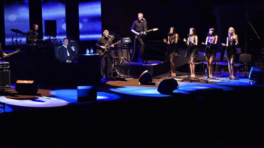 Un momento de la actuación de Julio Iglesia, este sábado, en el recinto portuario de Santa Cruz de La Palma.