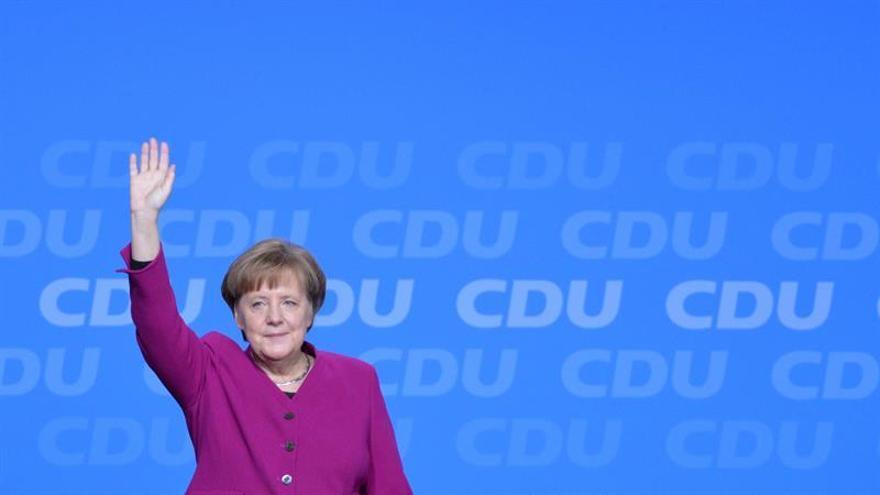 """Merkel quiere avanzar en un """"impuesto de sociedades común"""" franco-alemán"""