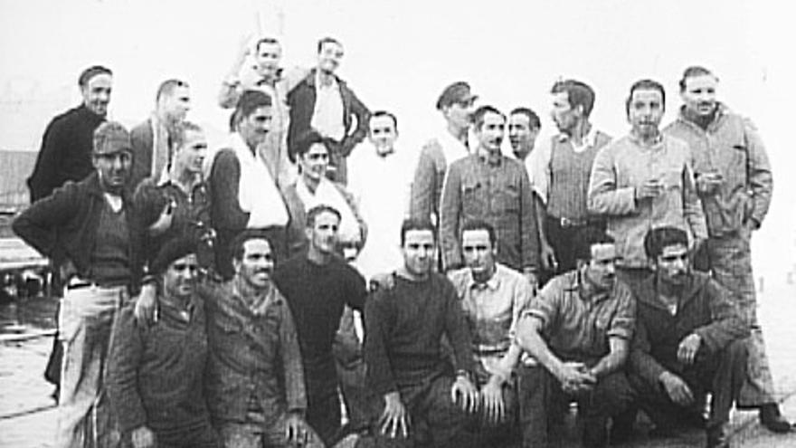 Parte de la tripulación del Victoria. Mikel está en la última fila a la derecha (cortesía de la familia Usatorre).
