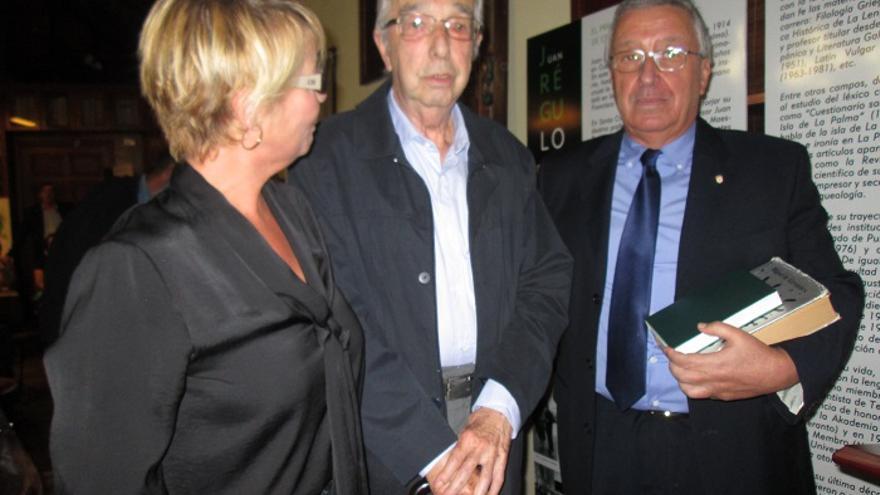 Rosa Aguado, Manuel Sosvilla y Carlos Lugo con los libros donados. Foto: LUZ RODRÍGUEZ.