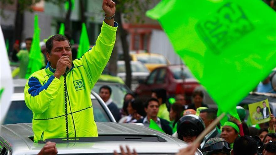 Correa estudia un plan de subsidio salarial a periodistas mal pagados en Ecuador
