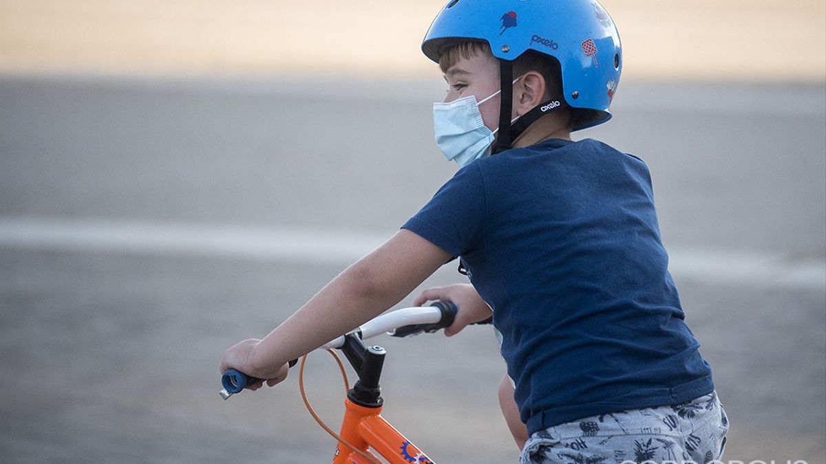 Un niño en bicicleta en Córdoba.