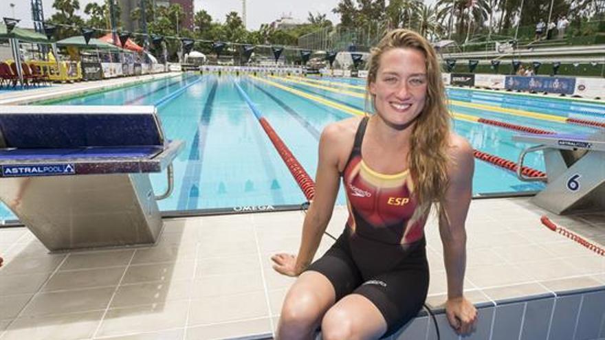 La nadadora catalana Mireia Belmonte posa en una de las piscinas del Club Natación Metropole de la capital grancanaria, donde tendrá lugar el Campeonato de España de Natación. EFE/Ángel Medina G.