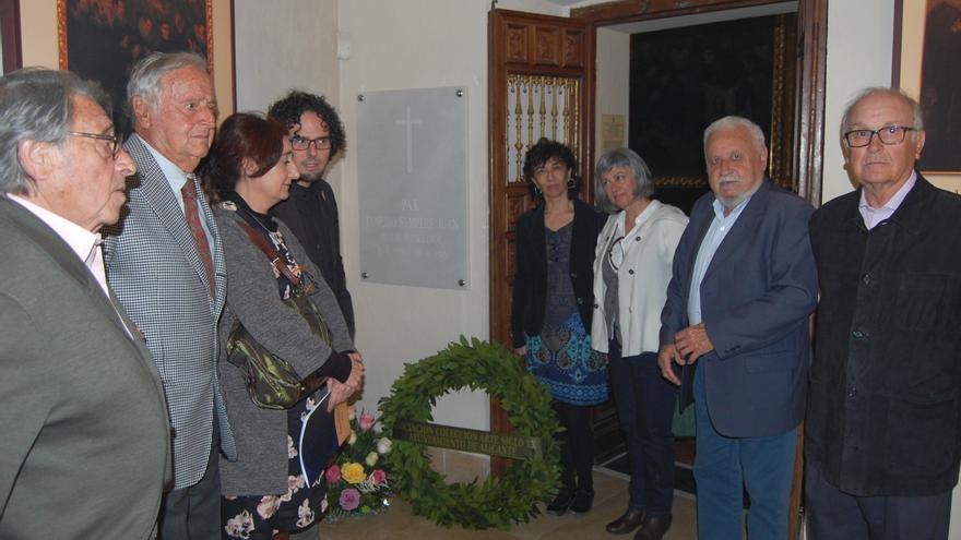 El concejal Daniel Simón, con las sobrinas de Sempere y el resto del grupo que participó en el homenaje.