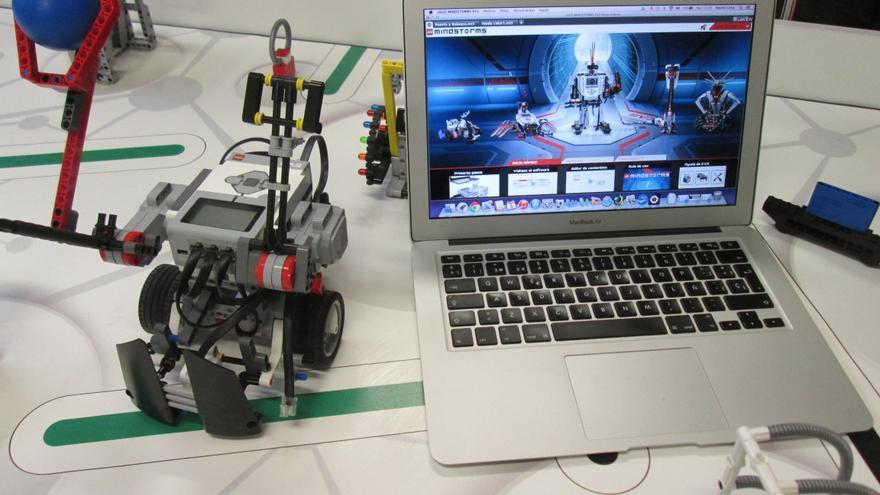 En la imagen, el robot 'Skiebot' y el ordenador utilizado en su programación. Foto: LUZ RODRÍGUEZ.