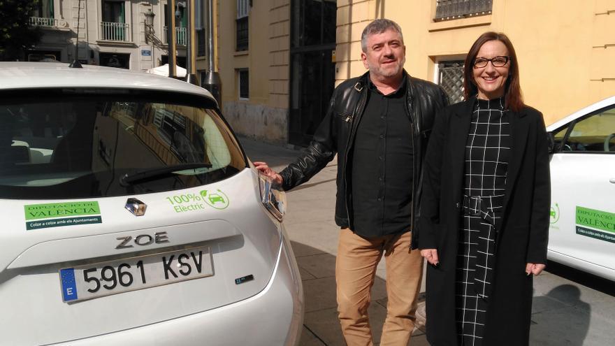 Josep Bort y Maria Josep Amigó, junto a un coche eléctrico