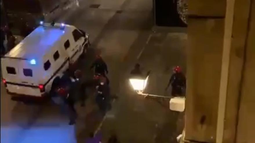 18 arrestos y 735 denuncias por incumplir las medidas contra la COVID-19 este sábado en Euskadi, la mayoría por botellones ilegales