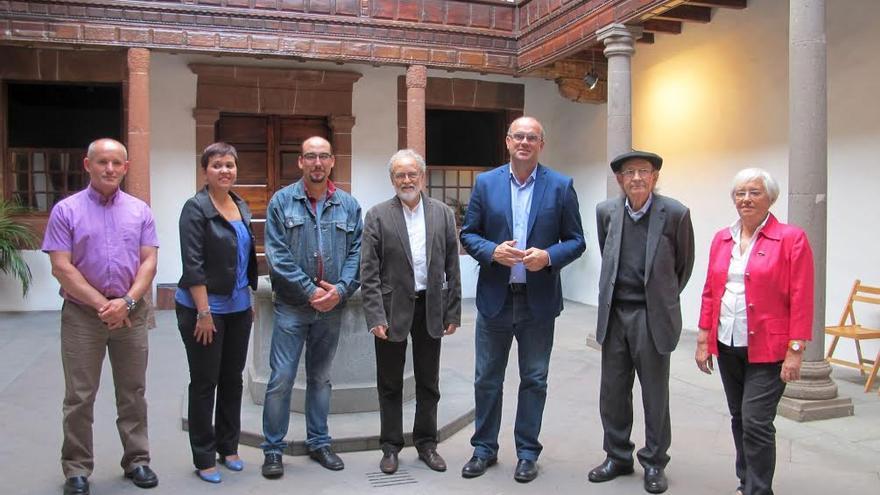 De izquierda a derecha: Roberto Barreto, Lucy González, Yeray Rodríguez, Facundo Fierro, Anselmo Pestana y María Victoria Hernández con Agustín Ibarrola  en la Casa Salazar.