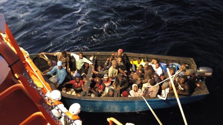 Rescate de 60 inmigrantes que fueron localizados por la Guardamar 'Talía'
