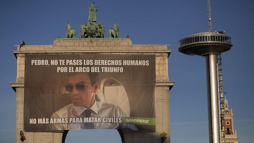 Pancarta colgada en el Arco del Triunfo del barrio madrileño de  Moncloa.