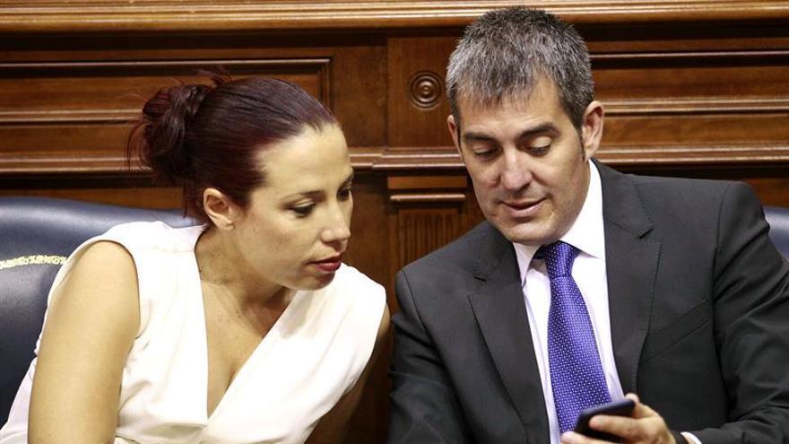 El presidente y la vicepresidenta del Gobierno de Canarias, Fernando Clavijo y Patricia Hernández, durante el pleno celebrado hoy en el Parlamento de Canarias. (Efe/Cristóbal García).
