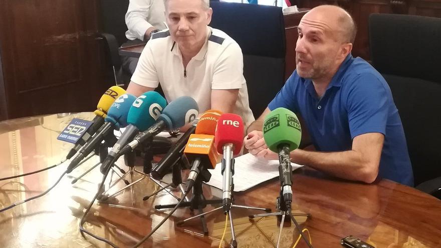 El alcalde de Ourense, Pérez Jácome (derecha), anunciando los cambios en la política cultural del Ayuntamiento