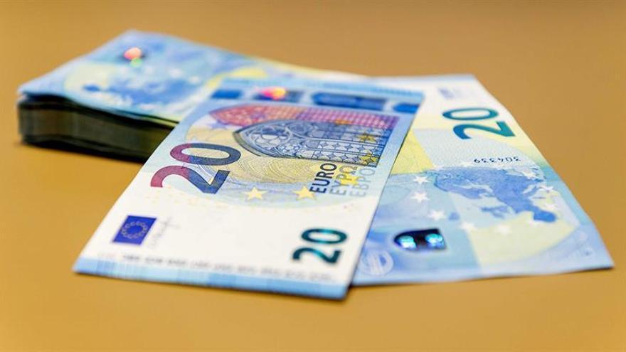 El euro baja a 1,2357 dólares