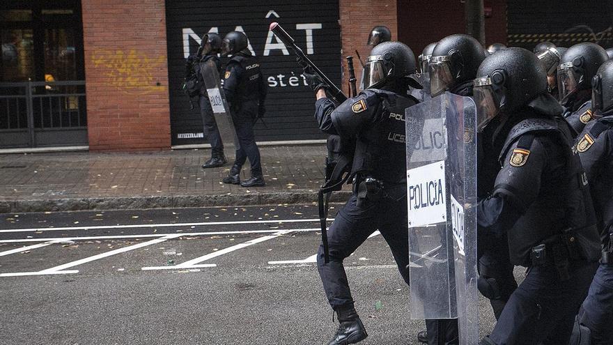 Policía Nacional cerca del colegio Ramon Llull, donde se han producido los disparos
