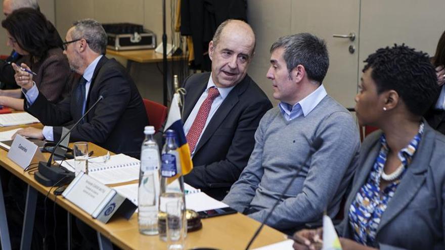 El presidente del Gobierno de Canarias, Fernando Clavijo (2d), y el consejero de Economía, Pedro Ortega (2i), participan en el comité de seguimiento de la reunión con Presidentes de Regiones Ultraperiféricas, hoy en Bruselas.
