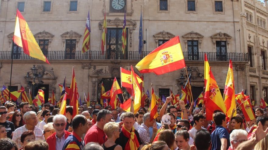 Más de 1.000 personas se manifiestan en Palma contra el referéndum en Cataluña