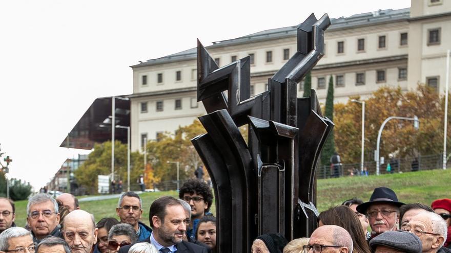 El ministro de Fomento, José Luis Ábalos, junto a familiares de víctimas del franquismo, en Atocha.