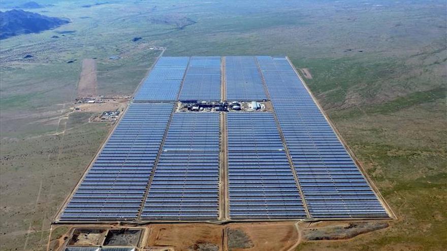 Fotografía facilitada por Abengoa de la planta Kaxu Solar One, en Pofadder (Sudáfrica)