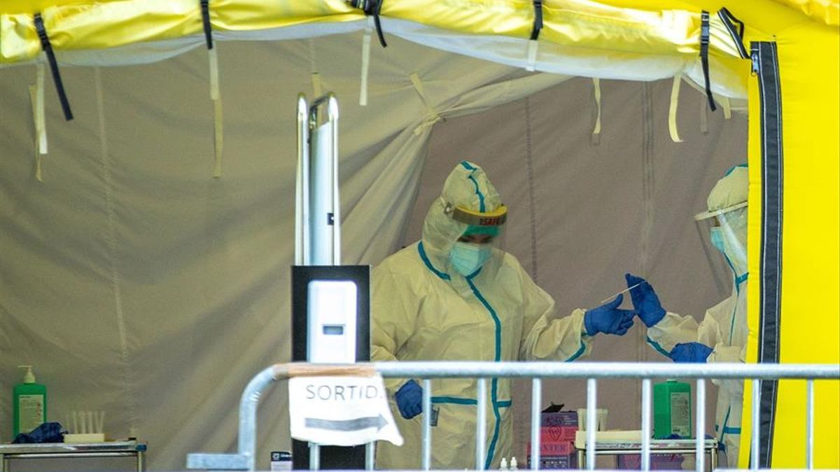 Dos sanitarios realizan pruebas PCR, este miércoles en Barcelona.