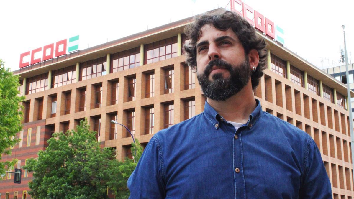 Carlos Aristu, ante la nueva sede de CCOO en Sevilla, inaugurada hace escasas semanas.