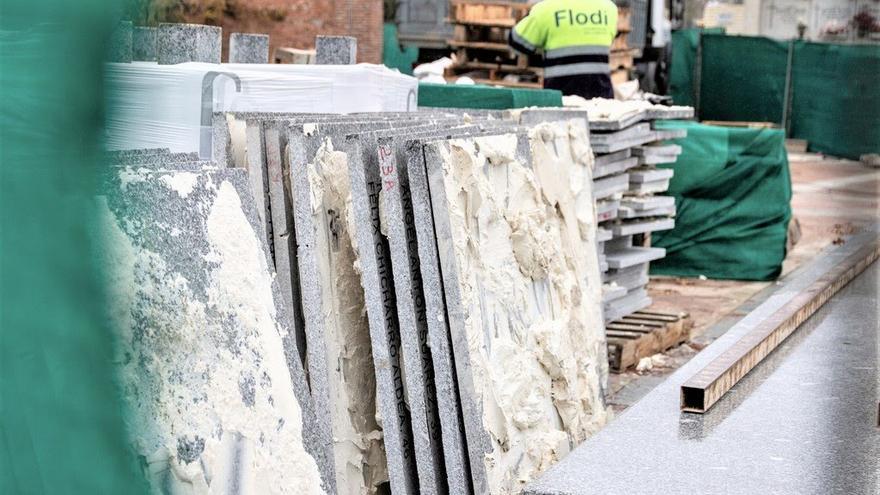 La tapia verde protege las obras de desmontaje del memorial en el cementerio de La Almudena.
