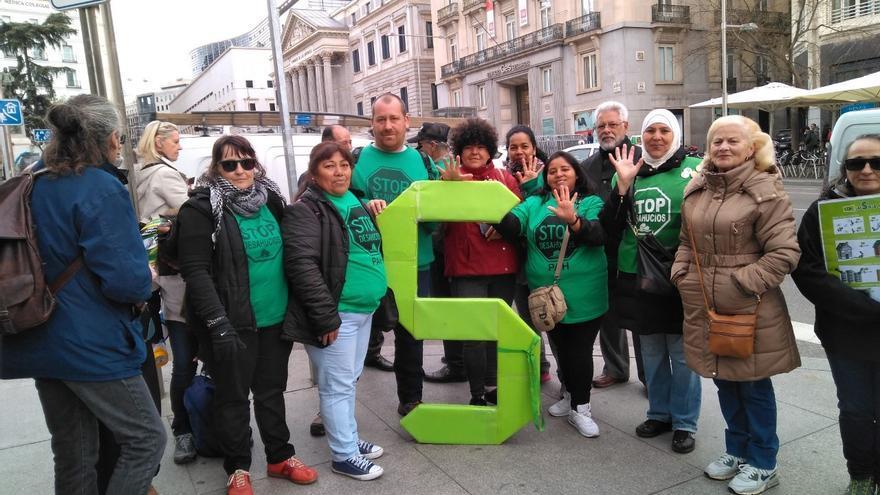 Activistas de la PAH cerca del Congreso.
