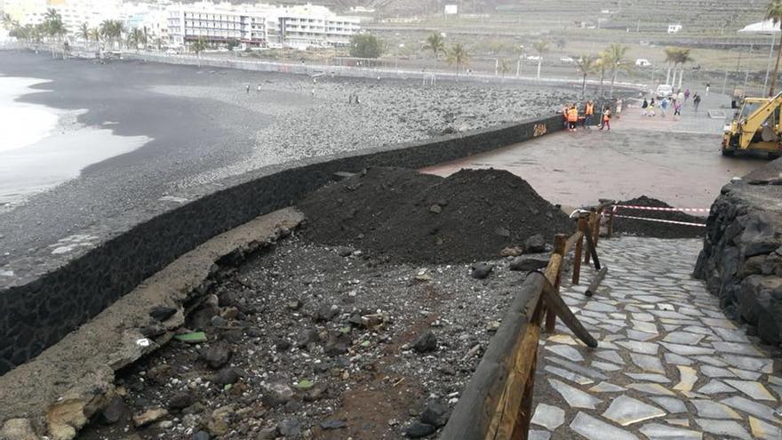 En la imagen de este miércoles, zona del paseo marítimo de Puerto Naos afectada por el último temporal